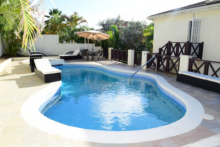 Lovely Three Bedroom Villa with Pool and Jacuzzi