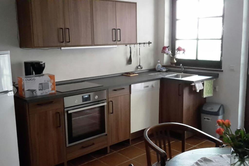 Voll eingerichtete Küche mit Sitzgelegenheit (Tisch, Stühle)