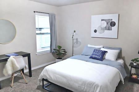Modern 1 BR w/ Queen Bed, Spacious Home near OU