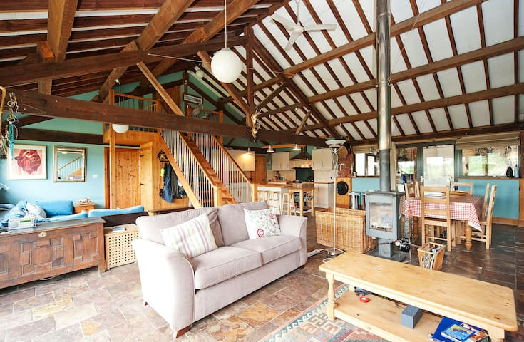 Manor Farm Barn, Sleeps 12, Great Location (MF) - Wiltshire - Rumah