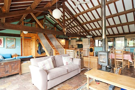 Manor Farm Barn, Sleeps 10, Great Location (MF) - Wiltshire - Hus