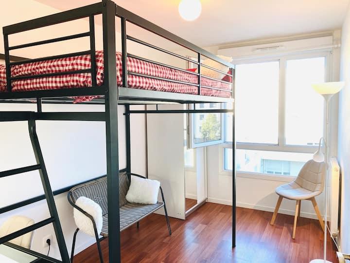 Chambre, salon/bureau privé, accès direct Paris.