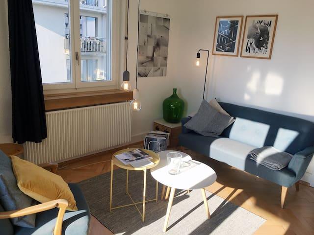 Helles Wohnzimmer mit Balkon.