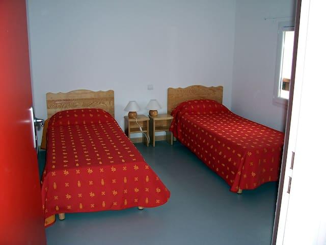 etage chambre avec 2 lits jumeaux de 80 cm
