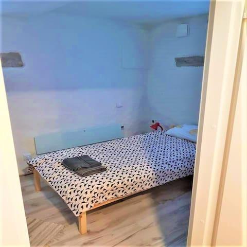 Single room/private bathroom/shared kitchen