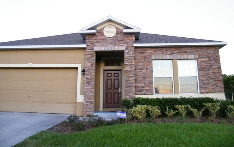 Great Pool Home with a great comfy Queen Bed & TV - Eustis - House