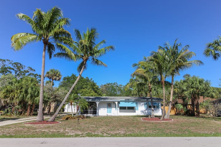 Dog-friendly cottage w/ a screened-in porch & nearby beach - snowbirds welcome!