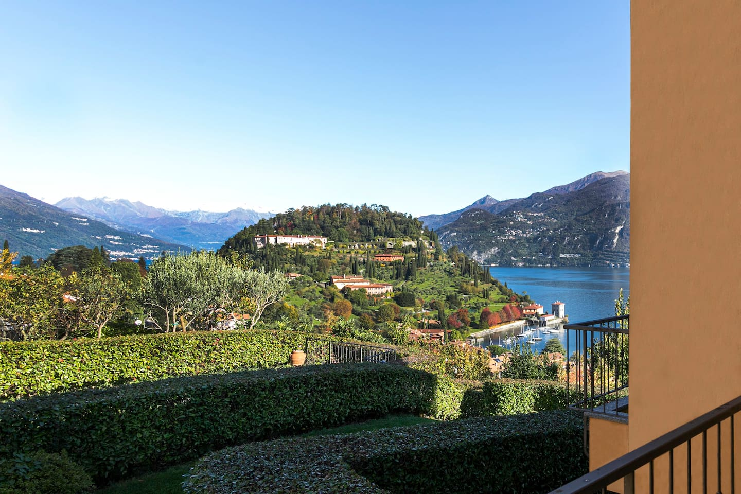 Welcome to Pearl of the Lake apartment - BELLAGIO! Find yourself listening to the heartbeat of Bellagio and facing the gardens and the Pescallo bay from the balcony.