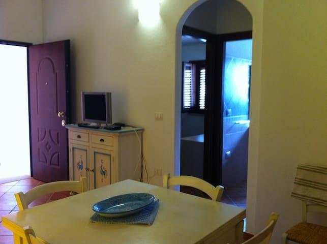 Nuovissimo appartamento con ingresso indipendente - Posada - Apartament