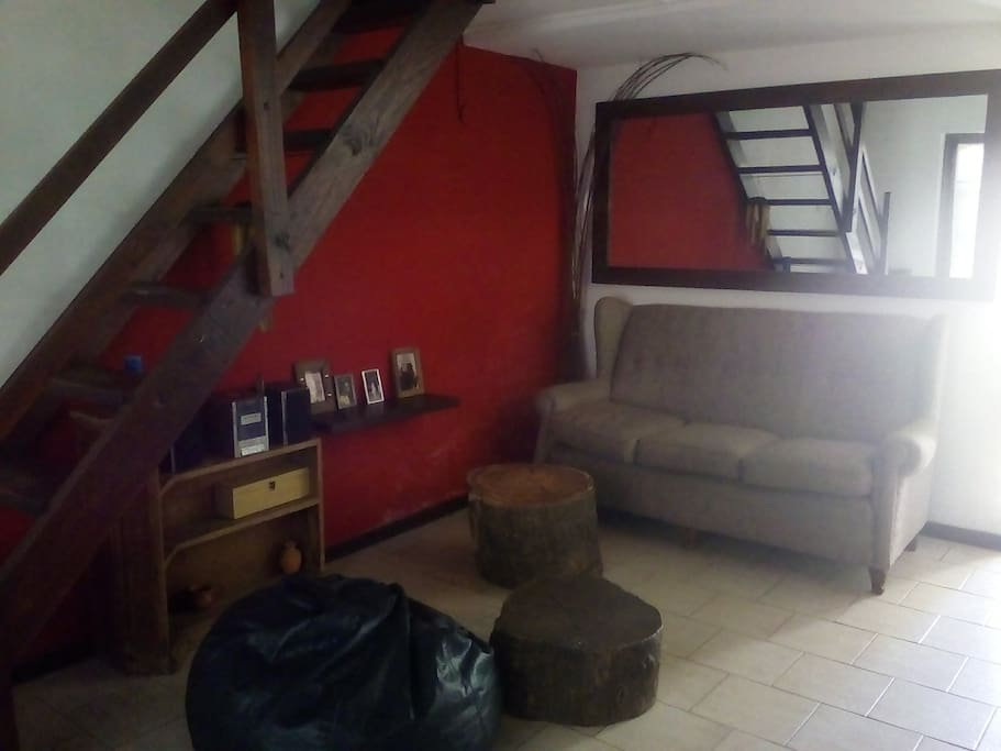 Living. Escaleras para las habitaciones