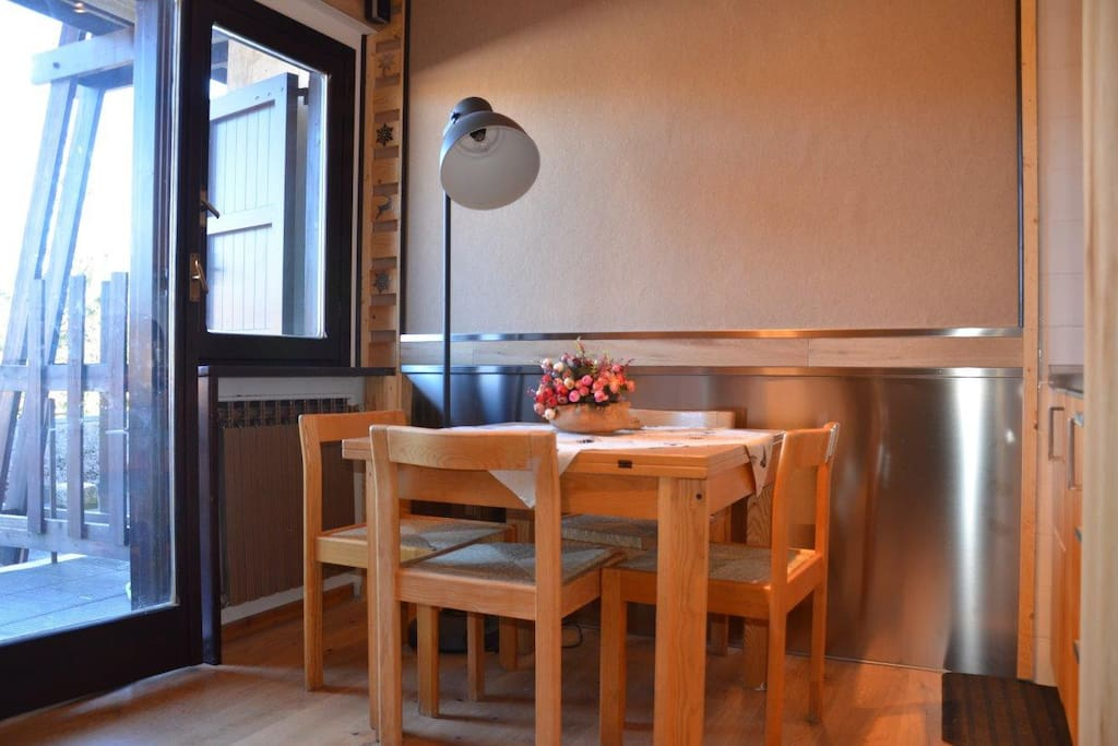 Il soggiorno con il tavolo