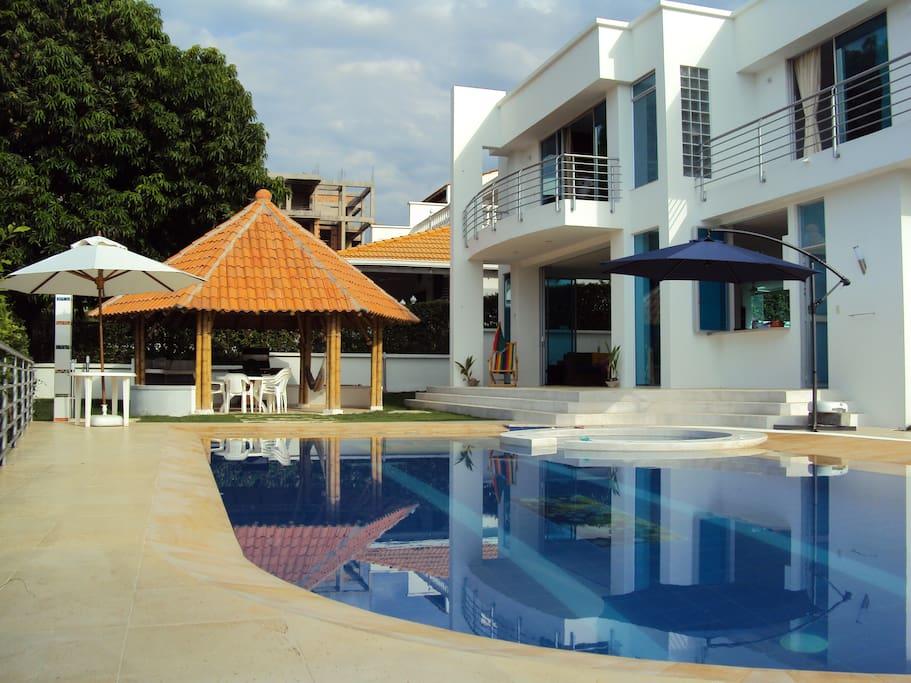 Fantastica casa con piscina privada en condominio casas for Alquiler de casas con piscina privada