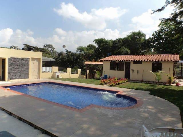 Hermosa Casa Campestre con Piscina cerca de Bogotá - Fusagasugá