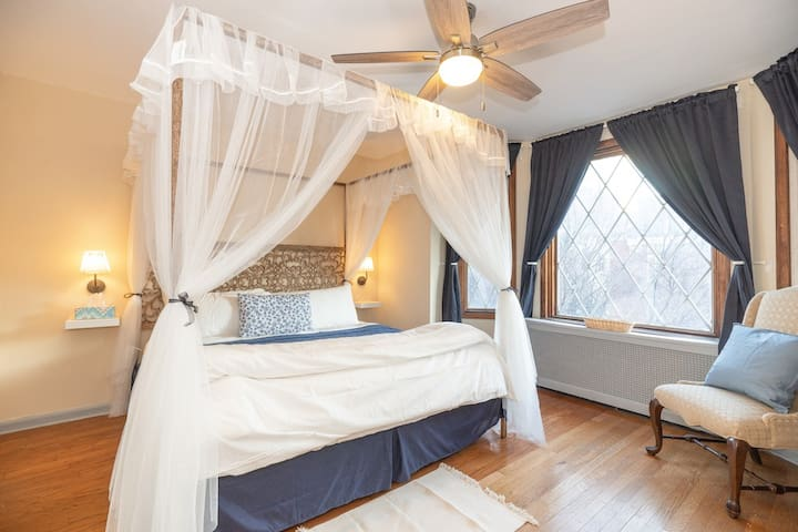 Private Room w/ King Bed in Ucity close to UPenn!!