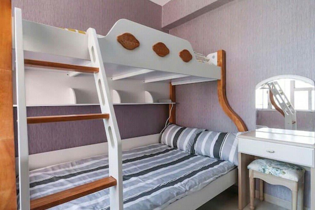 漂亮的子母床,1.2米大床和1米單人床。