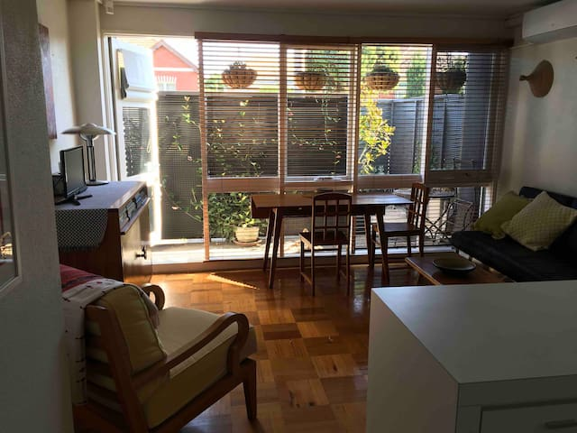 Charming Northcote Courtyard Apartment & Carpark