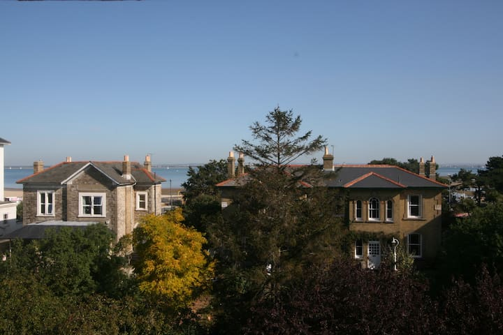 STUNNING TOP FLOOR APARTMENT, SEA AND TOWN VIEWS. - Ryde - Byt