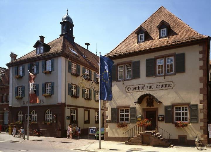 Gasthof zur Sonne, (Oberkirch), Dreibettzimmer mit WC und Dusche