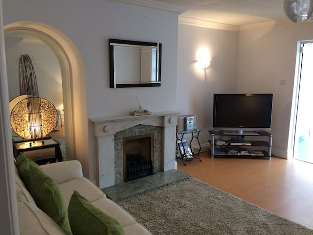 Entire 2bed townhouse close to City
