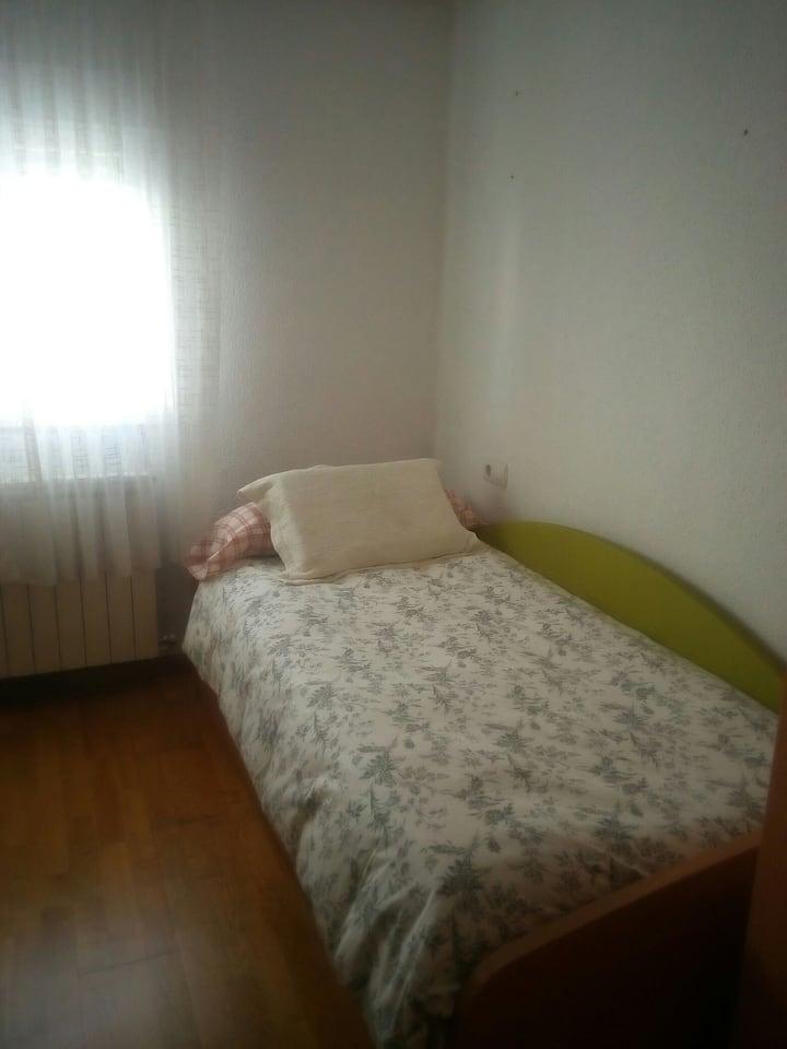 Habitación confortable con cama de 0,90× 2 mts.