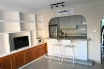 Salón y cocina con barra americana