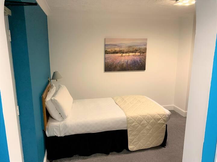 Spacious ensuite single room - Dolphin Hotel
