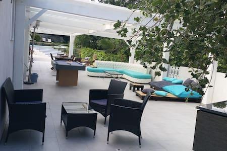 chambre dans villa, terrasse, piscine - Gattières