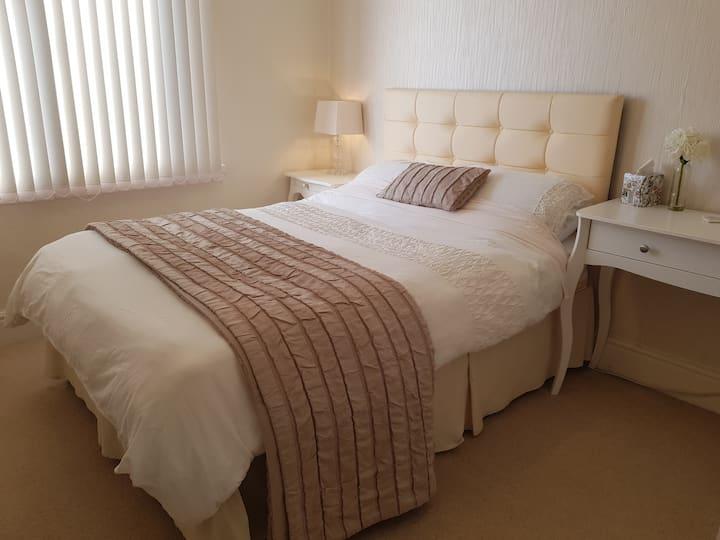 Lovely  Double Bedroom ~ Fast Wifi ~ Firestick TV