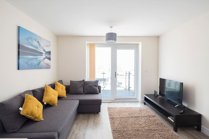The Pier Apartment 2, ME7 sleeps 5,  with parking