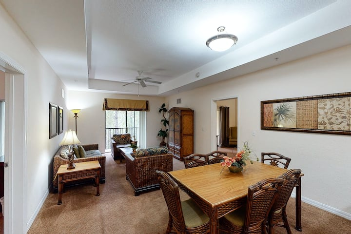 3rd floor condo w/ sauna, balcony, shared pools, hot tub, gym, near theme parks