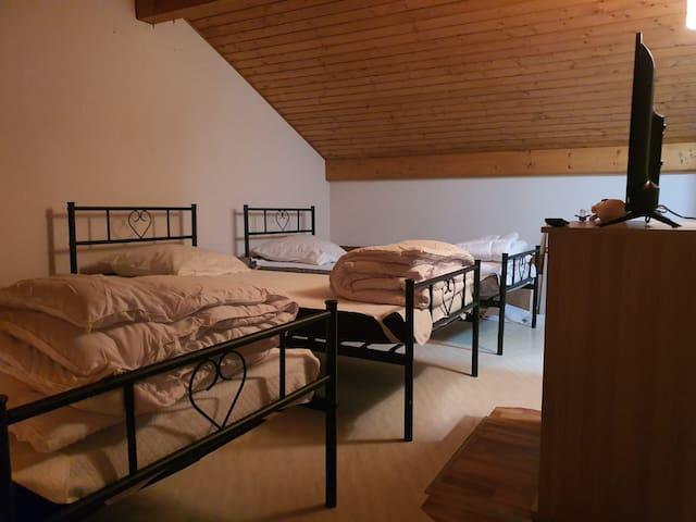 La mezzanine est composée de 3 lits simples avec couette et oreiller à disposition (les draps ne sont pas fournis)  Il y a également un lit parapluie pour les bébés avec également un matelas pour lit parapluie pliable.