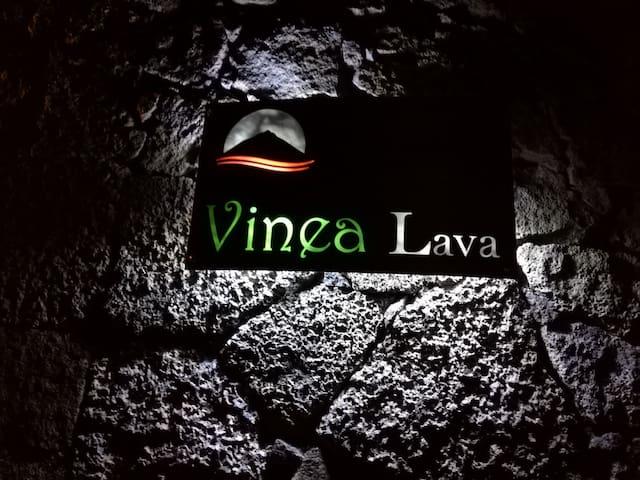 """Placa com o nome da Casa """"VINEA LAVA"""""""