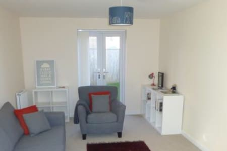 Modern, fully furnished home. - Hull