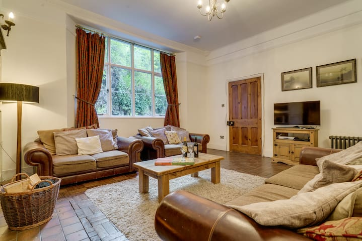 Huge lounge / dining room – Locally crafted pine dining table with seating for eight. A great family room with 37″ LCD TV, DVD and Freeview – plus large DVD library.