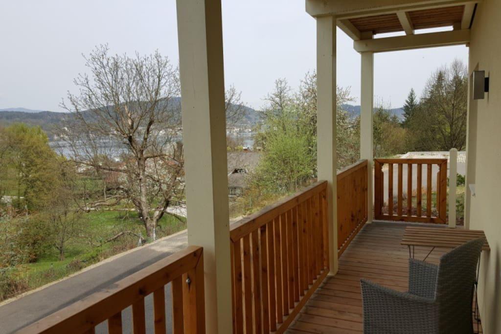 Blick vom Balkon auf See