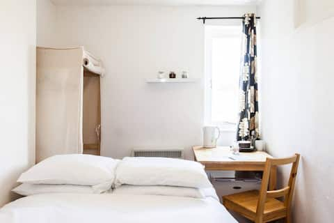 Small and Cosy Room in Clifton House Share