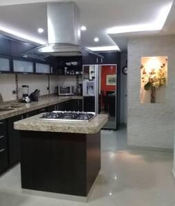 Acogedora y cómoda casa, en urbanización privada.