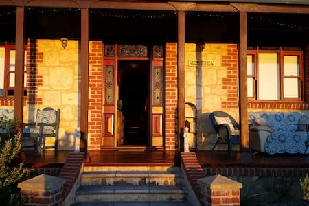 Historic character home with own private spaces. - Fremantle - Bed & Breakfast