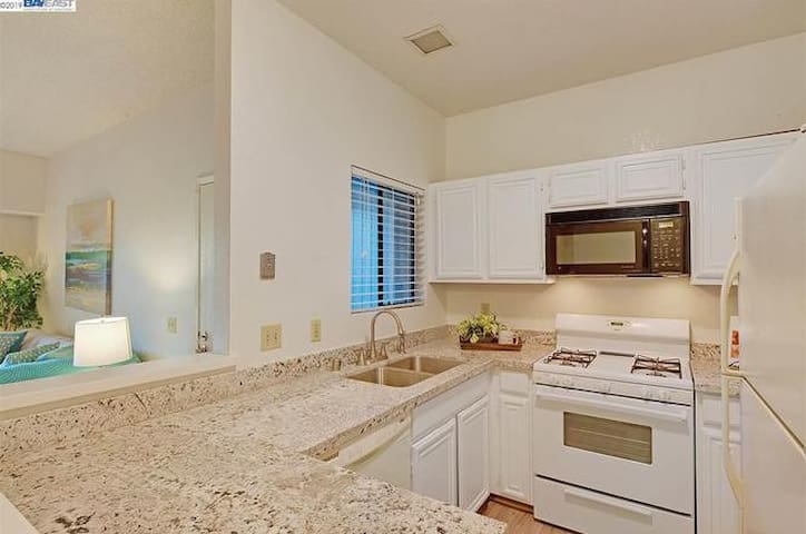 one private bed in Stylish 2 bed Condo