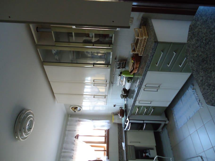 Cozinha toda mobiliada com geladeira, freezer, fogão, micro ondas e todos os utensílios
