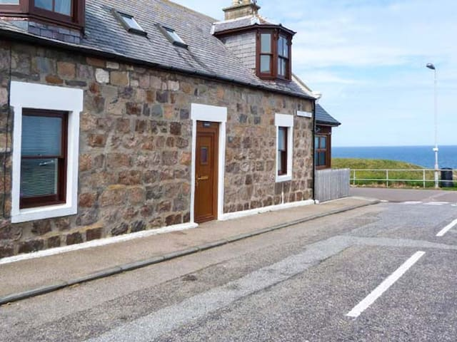 SEASCAPE, pet friendly, with open fire in Portknockie, Ref 934026