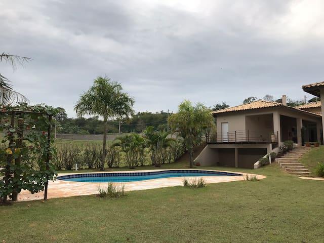Casa de campo em meio à natureza em cond. Itu-SP