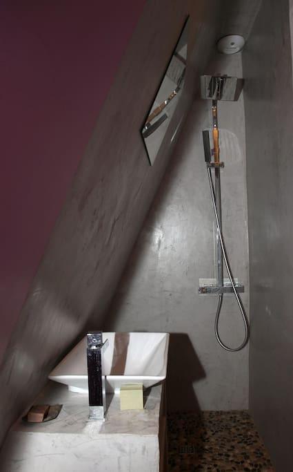 La douche privative dans la chambre