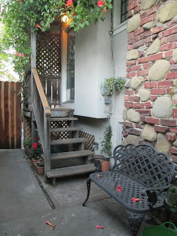 Rockridge quiet and sunny 1 bedroom