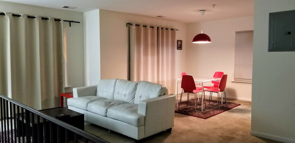 Contemporary 2 Bedroom Townhome  40 mts to NY City