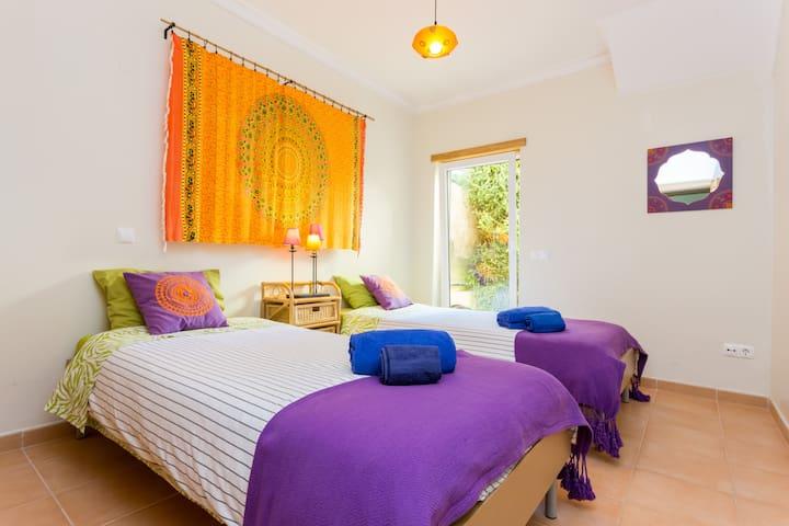 Quarto laranja | Orange bedroom