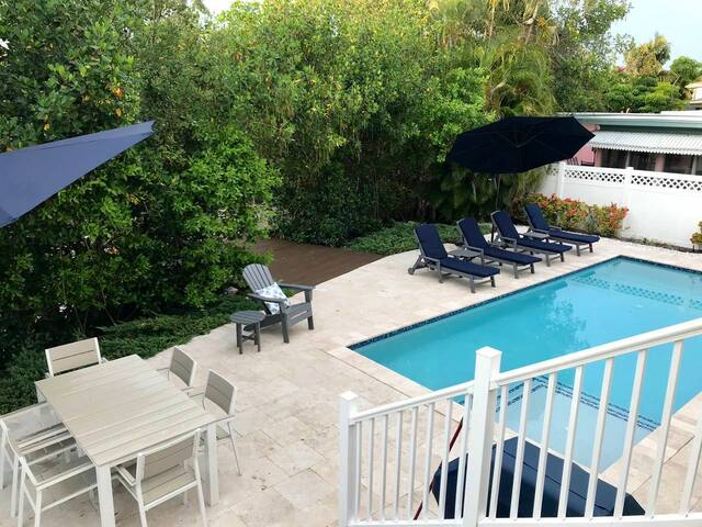 Spacious 4 Br, 3 BA home with large pool on canal