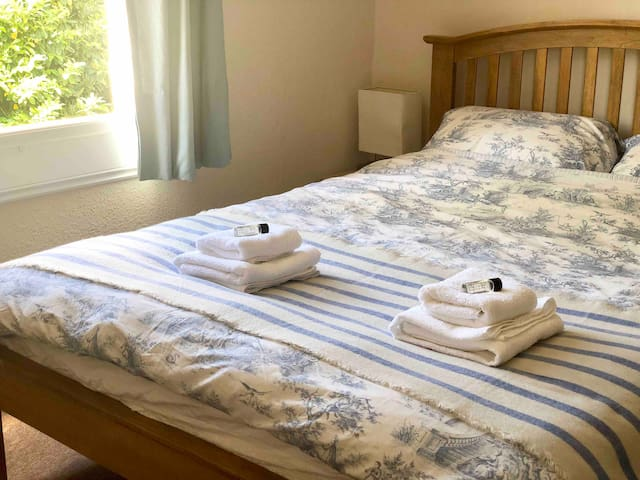 Cosy double room 2 mins to Station