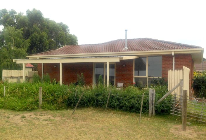 2 bedroom house off Daylesford Road