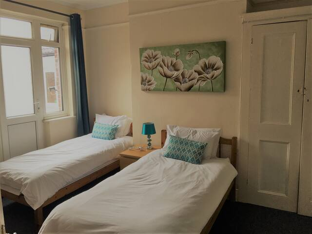 Light and Airy City Center 1 Bed Flat with WIFI
